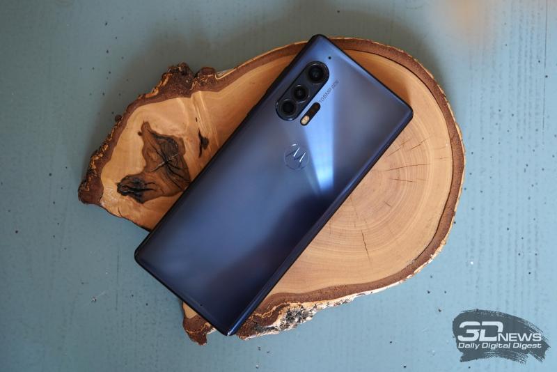 Motorola Edge+, задняя панель: блок с тремя объективами в углу, рядом с ним – TOF-сенсор и двойная светодиодная вспышка; также на задней панели расположены два микрофона