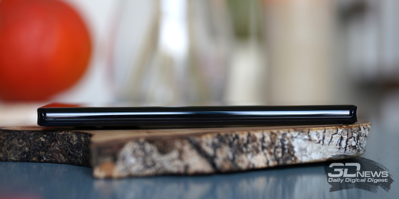 Motorola Edge+, левая грань лишена функциональных элементов