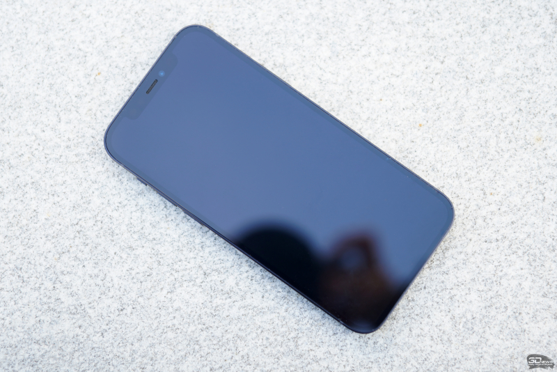 iPhone 12, лицевая панель: в верхней части экрана — вырез с фронтальной камерой, датчиком глубины/Face ID и разговорным динамиком