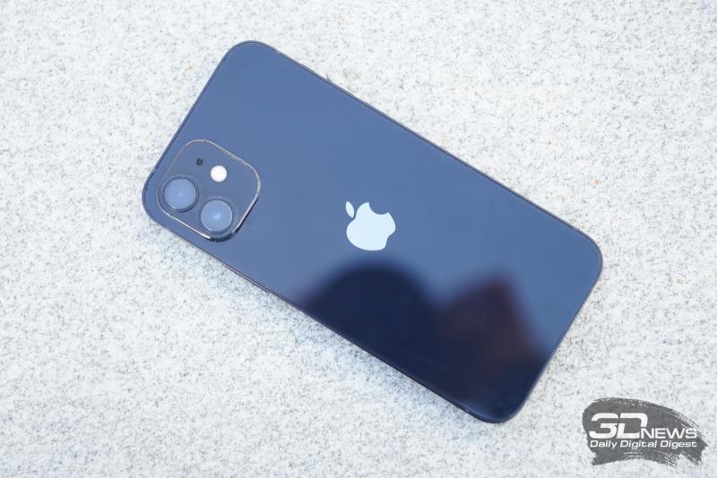 iPhone 12, задняя панель: в углу — блок камер с двумя объективами, двойной светодиодной вспышкой и микрофоном