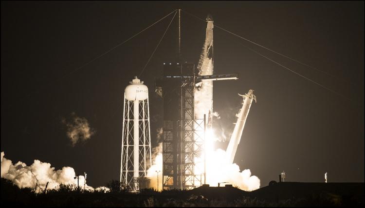 """SpaceX провела успешный запуск корабля Crew Dragon с экипажем к МКС"""""""