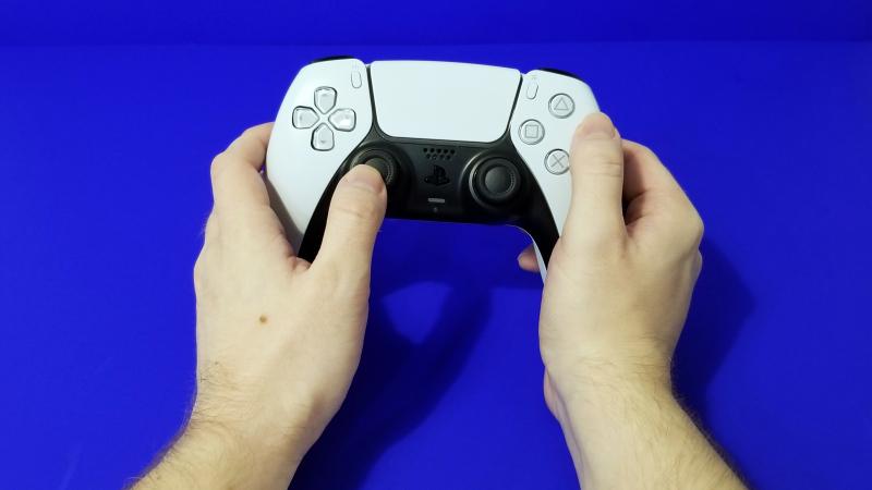 DualSense приятно ощущается в руках, а уж как начнёт играть моторчиками…
