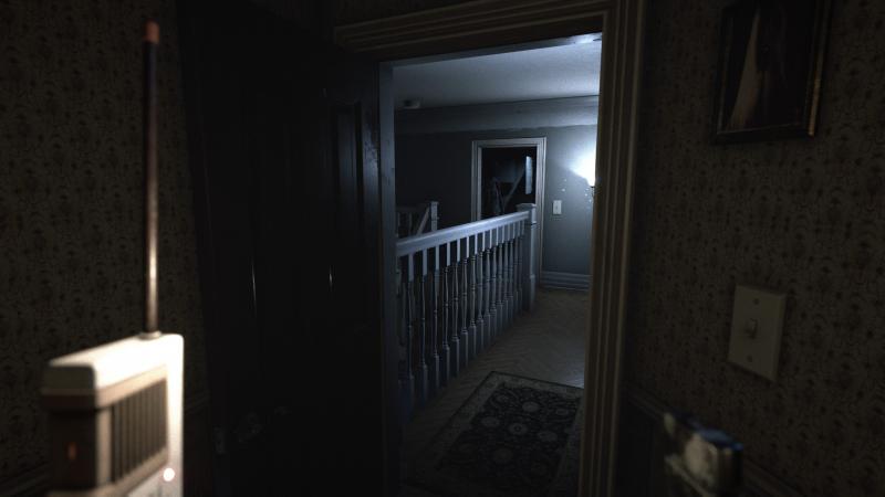 Приглядитесь к комнате за лестницей…