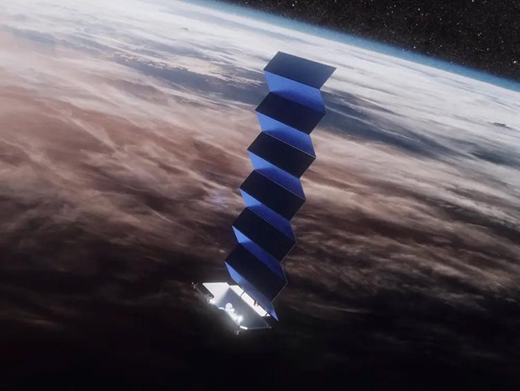Один из спутников группировки SpaceX Starlink на орбите вокруг Земли, SpaceX