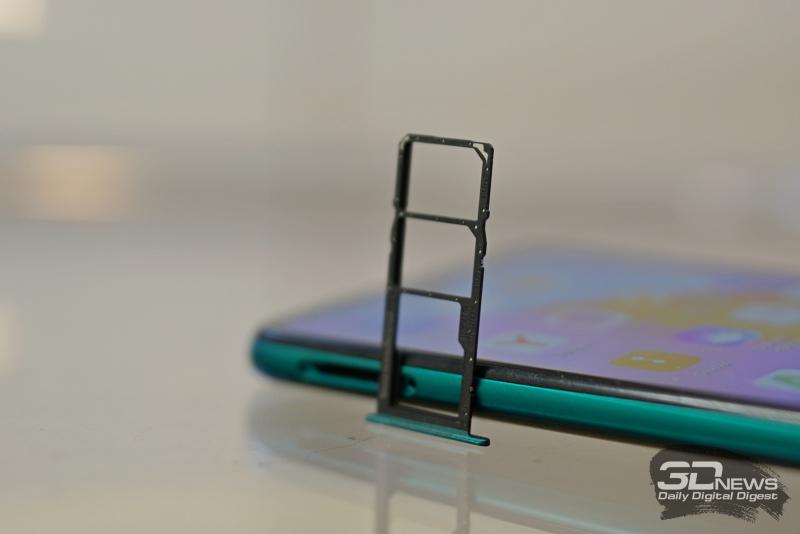 Слот для двух карточек nano-SIM и карты памяти microSD