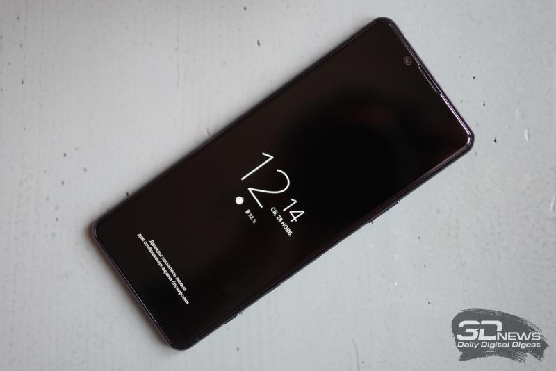 Sony Xperia 5 II, лицевая панель: стереодинамики сверху и снизу, над экраном также находится фронтальная камера