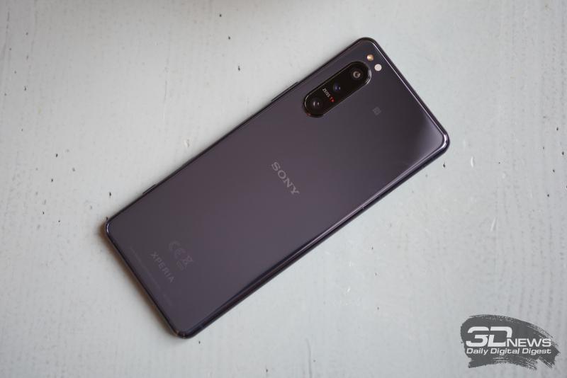 Sony Xperia 5 II, задняя панель: в углу — блок с тремя камерами, там же датчики и одинарная светодиодная вспышка