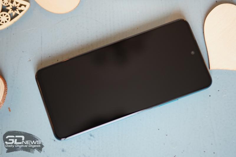 Huawei P Smart 2021, лицевая панель: фронтальная камера в отверстии по центру верхней части дисплея, еще выше — разговорный динамик