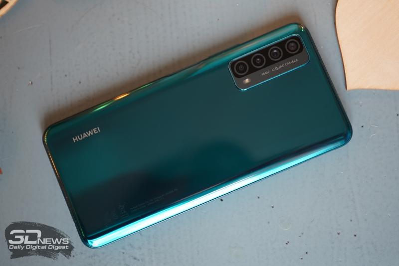 Huawei P Smart 2021, задняя панель: в углу — блок с четырьмя камерами и одинарной светодиодной вспышкой