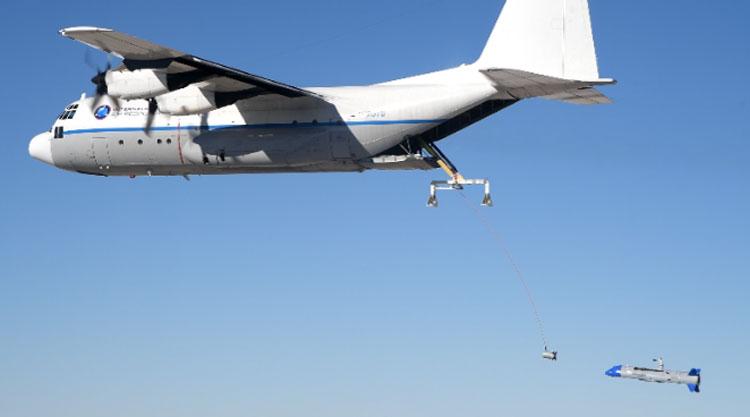 Попытнка воздушного подхвата БПЛА транспотным самолётом. Источник изображения: DARPA
