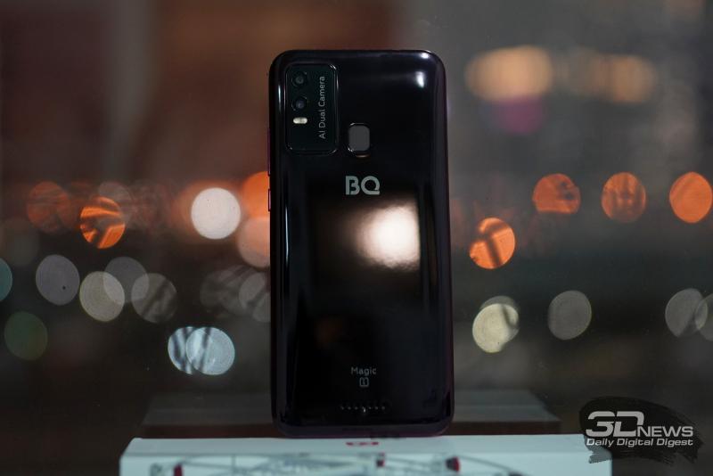 BQ Magic L, задняя панель: блок с двумя камерами и одинарной светодиодной вспышкой, по центру — сканер отпечатков пальцев. Ниже — основной динамик