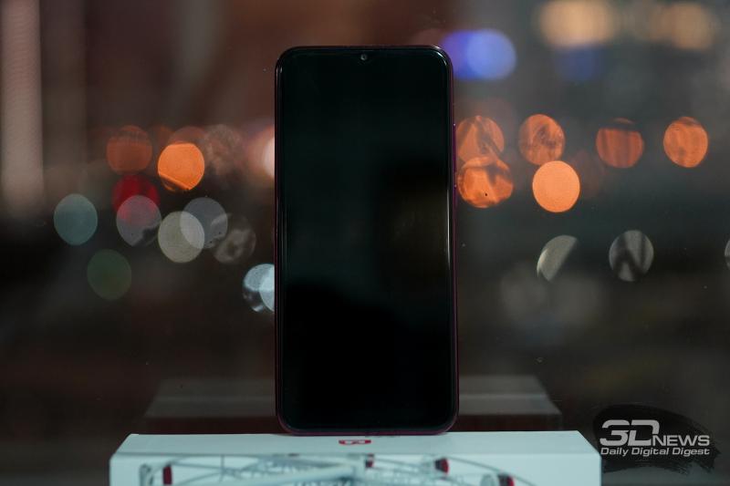 BQ Magic L, лицевая панель: в верхней части экрана — вырез с фронтальной камерой, еще чуть выше — прорезь разговорного динамика