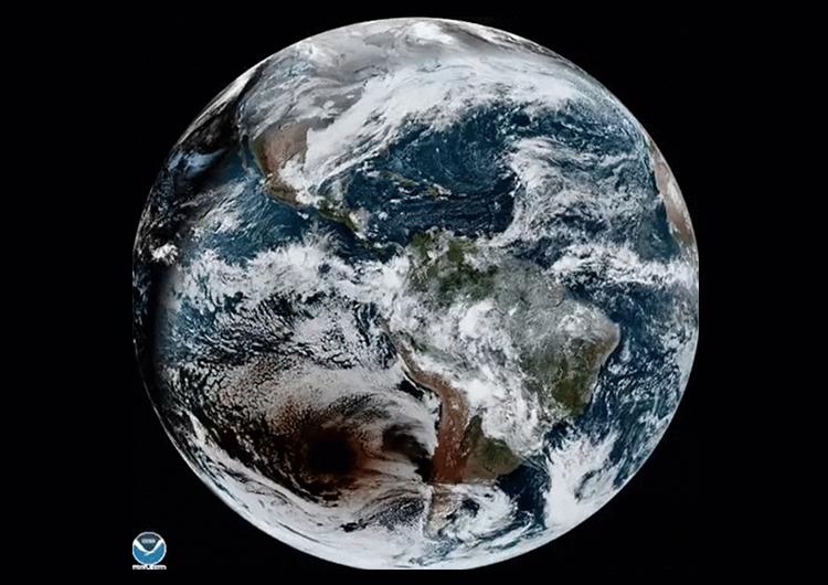Черное пятно на планете — это тень от Луны во время затмение. Источник изображение: NOAA