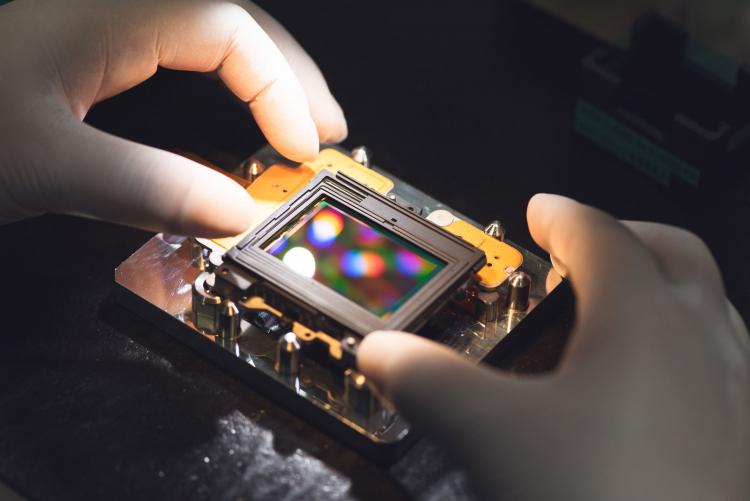 Датчик и блок VR камеры Z7 объединены на специальном приспособлении на заводе в Сендае (DPReview)