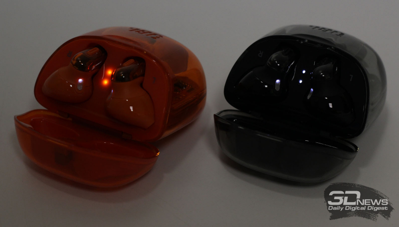 Светящиеся индикаторы заряда аккумуляторов футляра и наушников