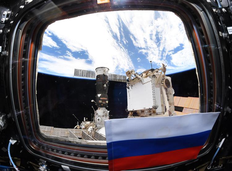 """Давление воздуха на МКС стабилизировалось — космонавты успешно заделали трещину"""""""