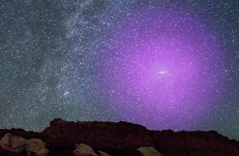 Если бы гало вокруг галактики Андромеда было видно обычным глазом, то это было бы так, как на картинке (NASA)