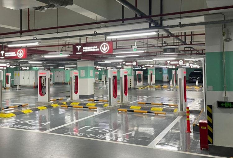 Зарядная станция Tesla Supercharger в Шанхае на 72 стойки. Источник изображения: