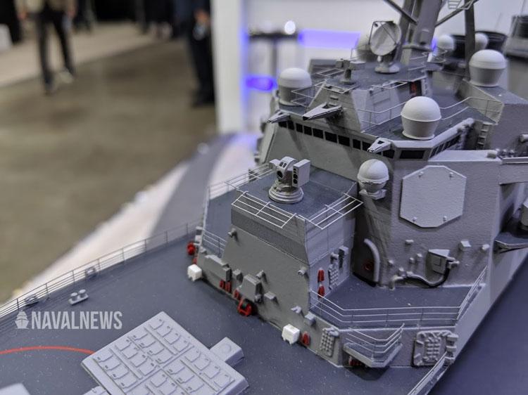 Макет системы HELIOS на масштабной модели эсминца (по центру фотографии)