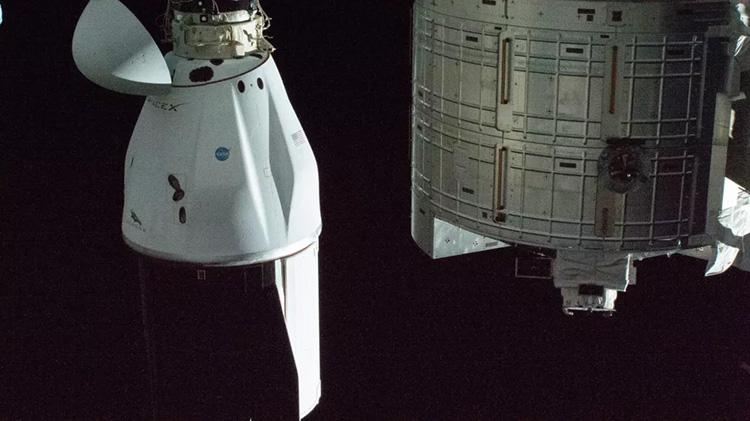 Улучшенный корабль снабжения SpaceX Dragon успешно приводнился в Атлантике
