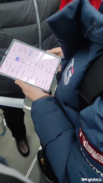 Смартфон Xiaomi с гибким дисплеем замечен в китайском метро— релиз уже не за горами