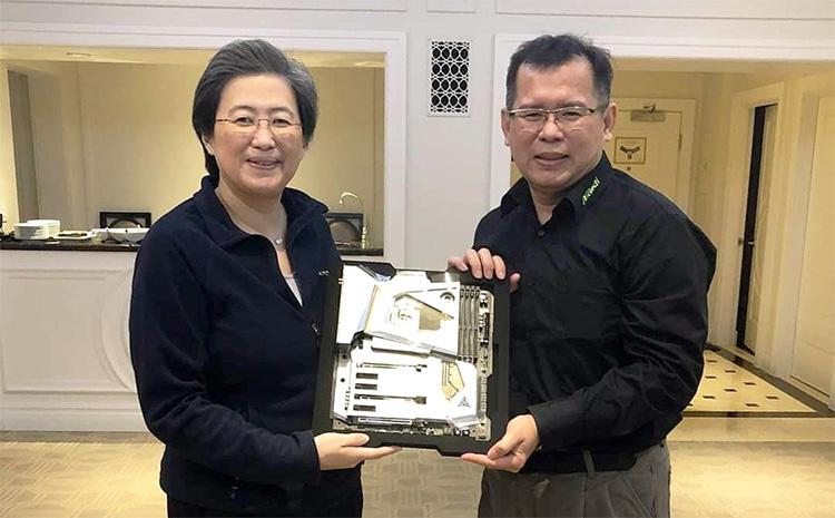 Глава AMD доктор Лиза Су получает от производителя первую ASRock X570 Aqua