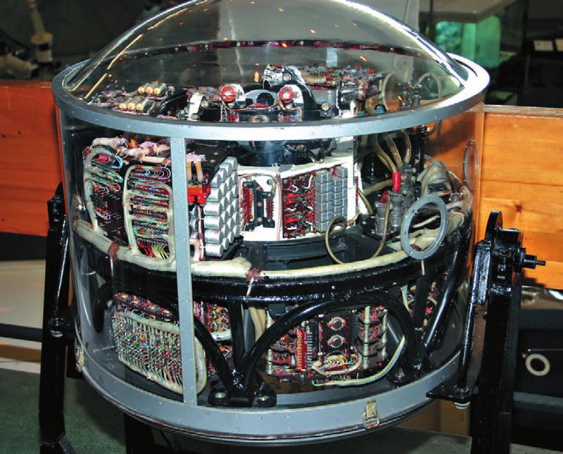 Препарированный блок объединенной системы наведения и управления И-100. Источник: «Новости космонавтики», №4, 2016, с.66