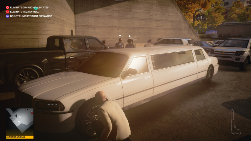 Сложно заметить невооружённым взглядом, но в данный момент Агент 47, переодевшись под лимузин, пытается пробраться в запретную зону