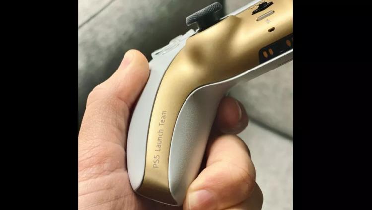 Sony подарила сотрудникам уникальные геймпады для PS5 особой расцветки