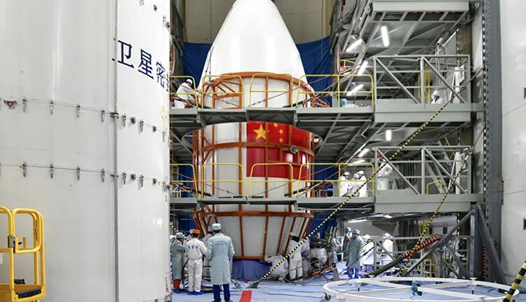 Тяньтун 1-03 внутри обтекателя во время монтажа (CASC)