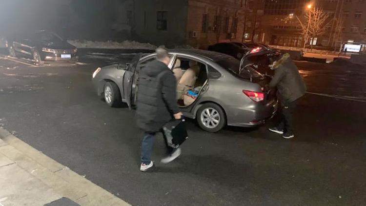 ИТ-служба Даляня грузит в автомобиль компьютеры, чтобы заменить неработающие