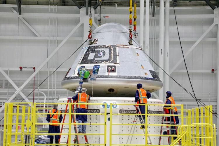 Установка космического корабля на служебный модуль. Источник изображения: NASA