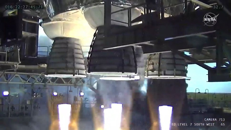 Четыре двигателя RS-25 ракеты SLS вблизи во время теста (NASA TV)