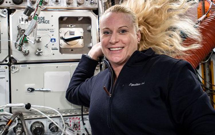 Астронавт Кейт Рубинс на МКС перед модулем принтера из Made In Space со смолой HRL. Источник изображения: NASA