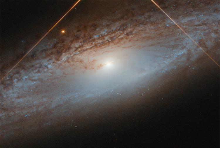 """Фото дня: спиральная галактика в свете звезды"""""""