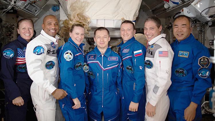 7 членов 64-й долговременной экспедиции МКС внутри лабораторного модуля «Кибо»