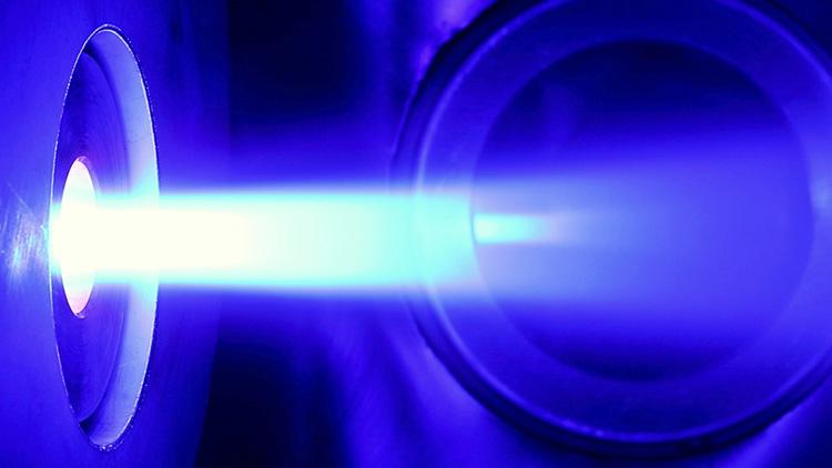 Реактивная струя плазмы ЭРД с ВТСП-магнитом, мощность 25 кВт, реактивная тяга 1 Н, КПД 54 %