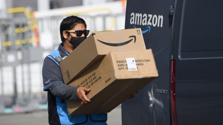 Amazon начала тестировать камеры с ИИ в фургонах доставки для повышения безопасности водителей. Работники назвали это слежкой