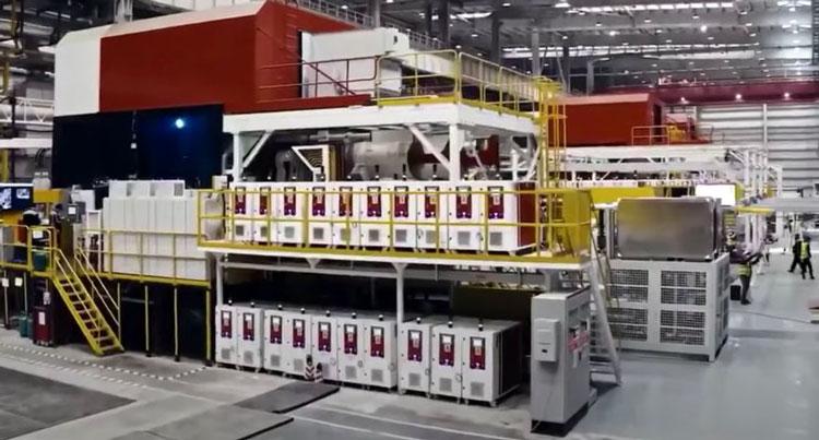 Tesla показала работу гигантского пресса по формовке задней части кузова одной деталью