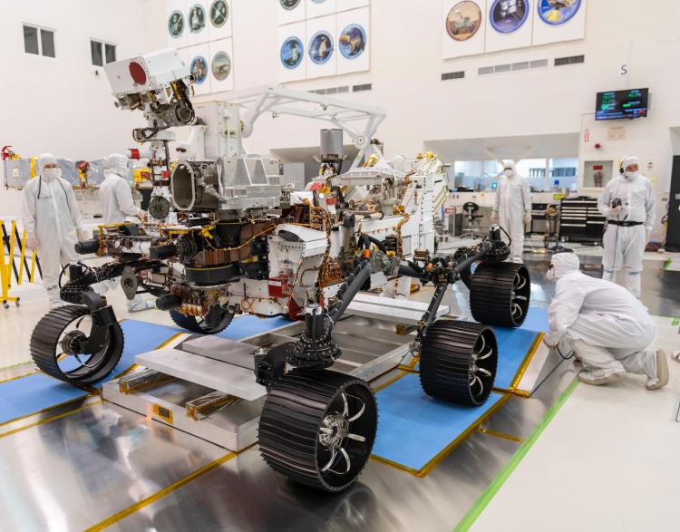 Марсоход «Настойчивость» в сборочной лаборатории NASA