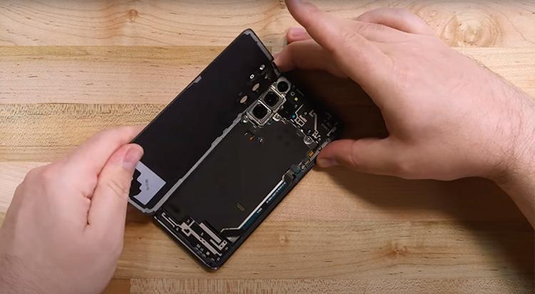 Починить Samsung Galaxy S21 будет легче, чем предшественника, но всё ещё непросто
