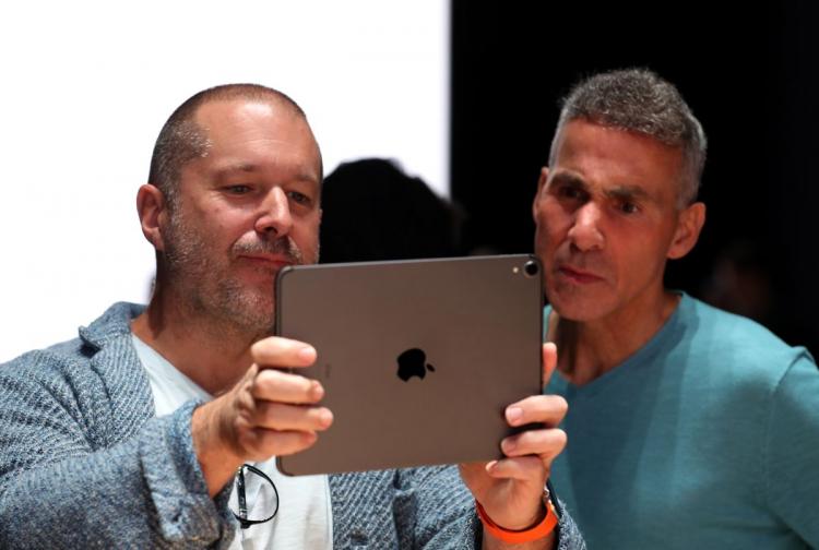 Dan Riccio справа, источник Bloomberg