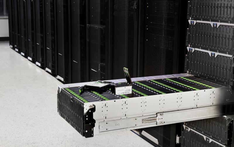 Современные дисковые полки Seagate Exos содержат десятки HDD