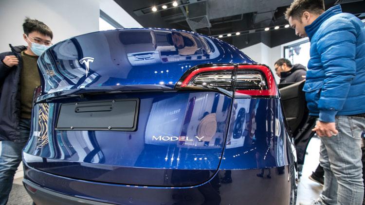 Электромобиль Tesla Model Y в одном из салонов в Китае. Источник изображения: AP