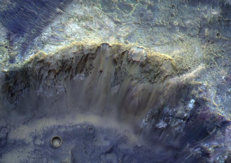 """«Роскосмос» опубликовал детализированное фото стены марсианского кратера диаметром 12 км"""""""
