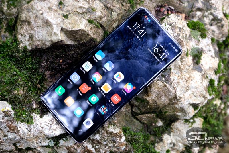 Xiaomi Mi 11, лицевая панель: в углу — фронтальная камера в отдельном отверстии, под верхней кромкой по центру — разговорный динамик