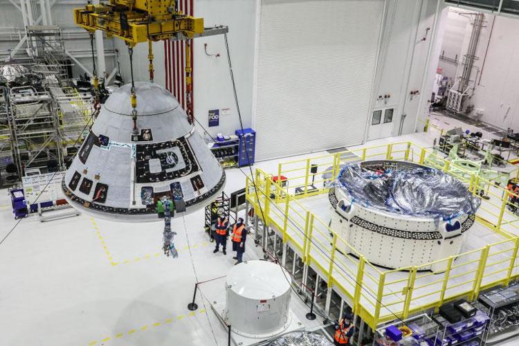 Установка капсулы на служебный модуль. Источник изображения: Boeing/John Proferes