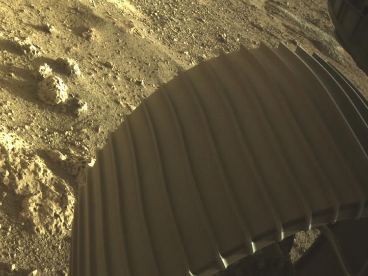 МарсоходPerseverance прислал первые цветные фото с Марса