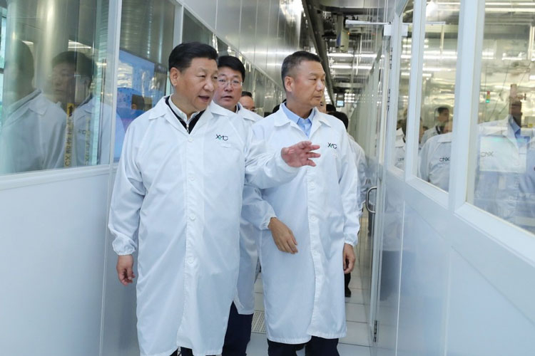 Генеральный секретарь ЦК Коммунистической партии Китая, председатель Китайской Народной Республики Си Цзиньпин на заводе XMC (YMTC) в Ухане. Источник изображения: Xinhua