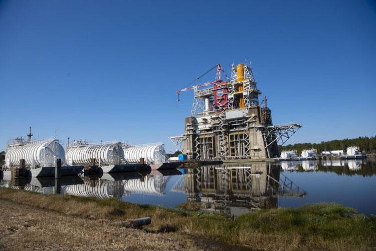 Баржи с топливом в ожидании огневых испытания двигателей лунной ракеты. Источник изображения: NASA